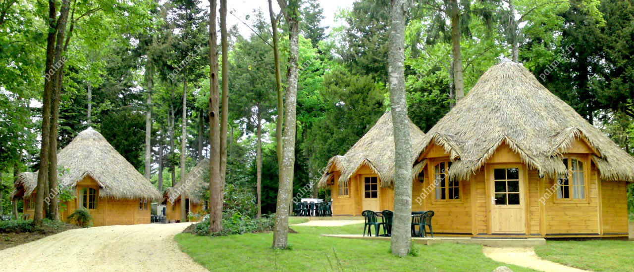 toiture en paille exotique huttes domaine des ormes